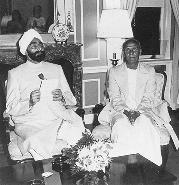 Sri Chinmoy meditating with President of India Giani Zail Singh.